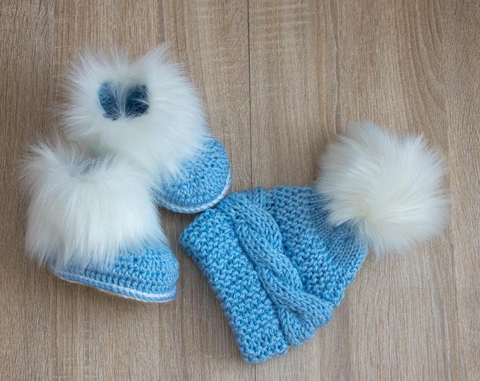 Blue and white Faux fur pom pom hat and booties - Baby boy clothes - Fur booties - Knit baby hat - Baby boy gift - Newborn boy - Baby blue