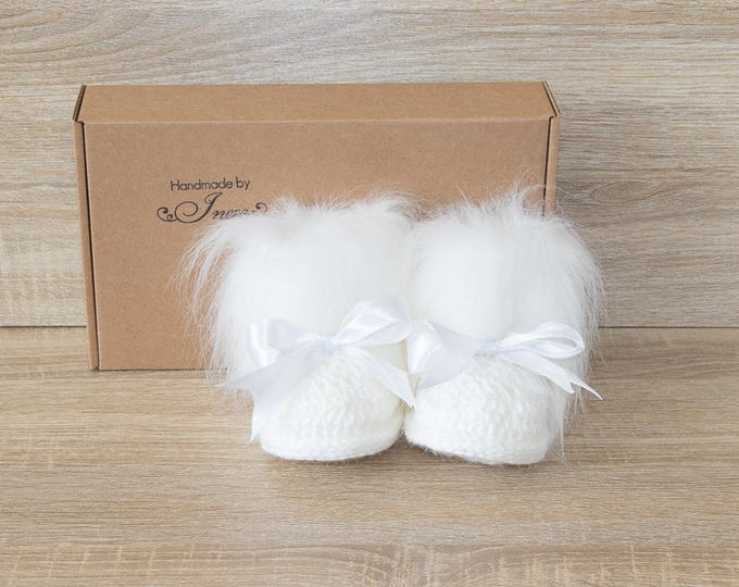 White Long pile fur baby boots with bows - Crochet Baby booties - Baby winter boots - Faux fur booties - Baby girl boots - Baby girl gift