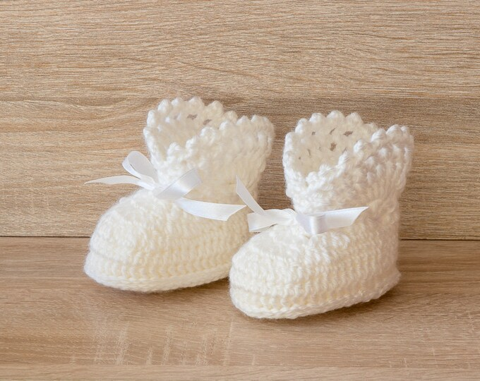White Baby girl booties - Crochet Baby Booties - White baby Boots - Newborn shoes - Crochet booties - Infant shoes - Baby girl gift