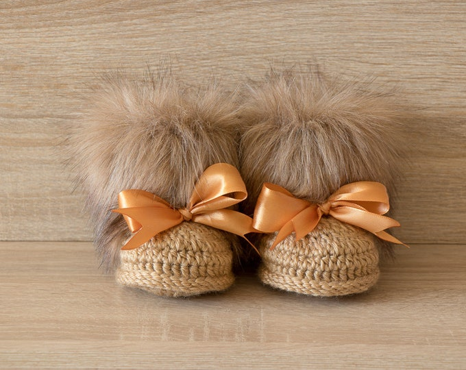 Crochet Baby faux fur Boots with bows- Newborn shoes - Baby winter Boots - Gold baby booties - Baby slippers - Baby shower gift - Baby Uggs