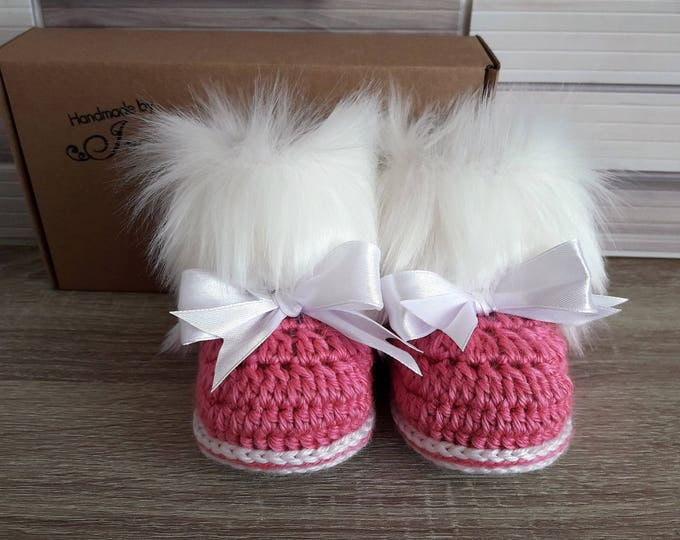 Pink Baby girl faux fur booties with bows - Baby girl booties - Baby girl gift - Newborn girl shoes - Crochet Booties - Pink and white