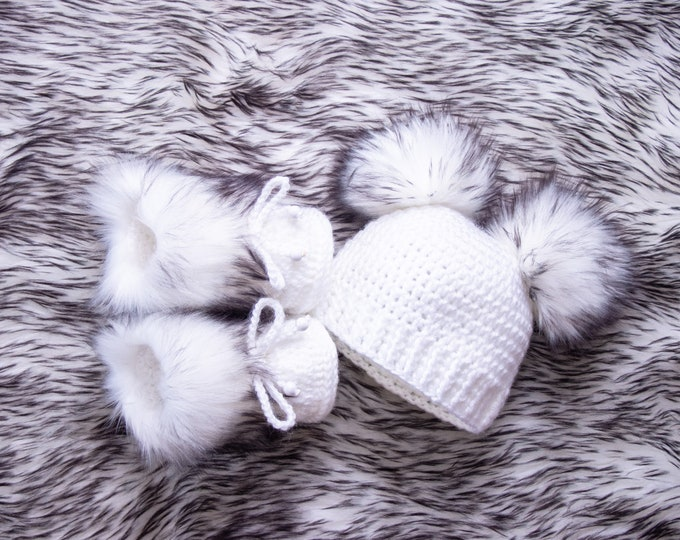 Unisex Hat and bootie set, White and black Newborn Beanie and Booties, Baby Announcement, Baby winter clothes, Gender neutral baby clothes