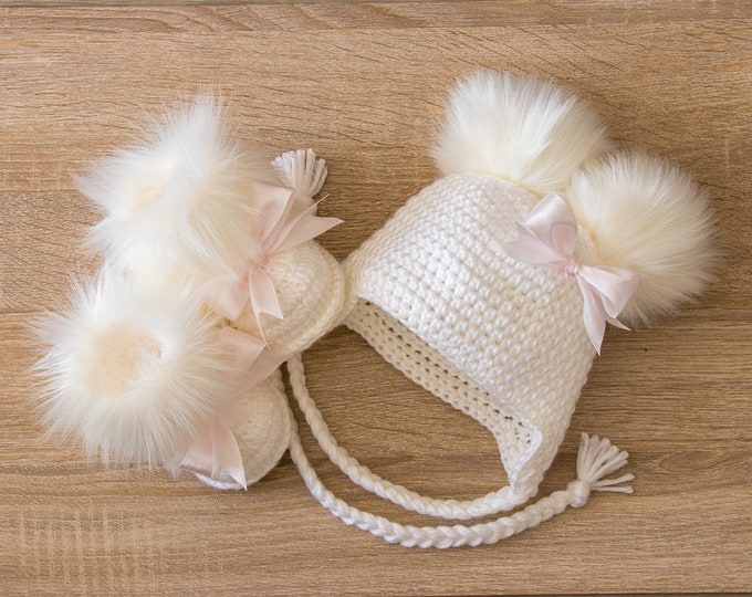 White Baby girl faux fur booties with bows and double pompom hat - Crochet Baby girl clothes - Newborn girl outfit - Baby girl gift