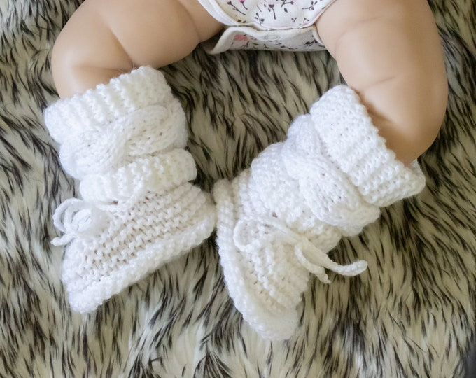 Hand knit White baby boots, Cable knitted Baby booties, Gender neutral baby booties, Newborns booties, White booties, Baby winter boots