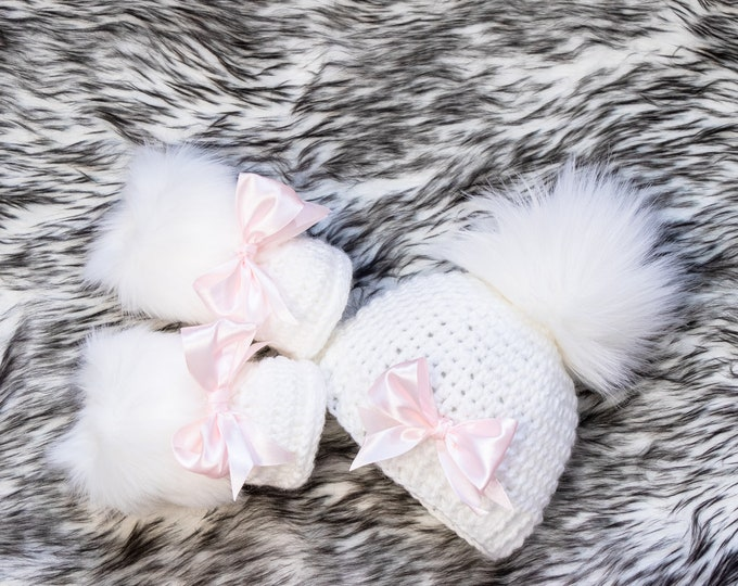 White Baby girl hat and bootie set, Pom pom hat and fur booties with bows, Newborn Girl gift, Baby girl winter clothes, Preemie girl clothes