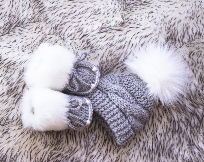 Hand knit Gray and white baby pom pom hat and fur booties, Baby winter clothes, Baby boy gift, Gender neutral Newborn outfit, Preemie set