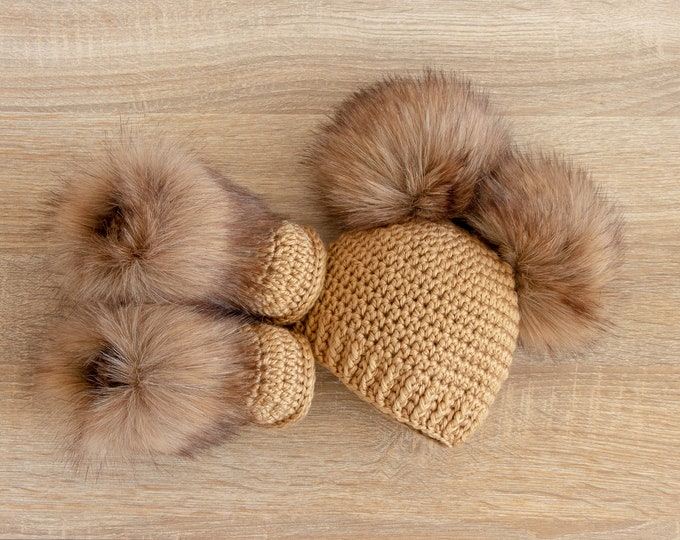 Double pom pom hat and booties - Gold Booties and hat set - Crochet baby clothes - Newborn winter clothes - Fur booties - Gender neutral set