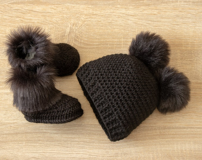 Double pom pom hat and booties - Black Booties and hat set - Crochet baby clothes - Newborn winter clothes - Fur booties - Gender neutral