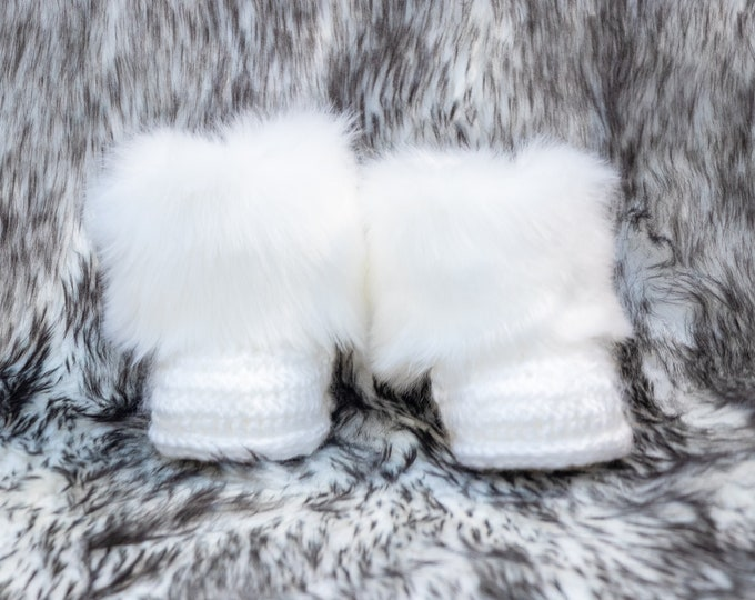 White Baby booties, Faux fur boots, Baby winter boots, Crochet baby booties, Infant shoes, Newborn booties, Baby gift, Neutral baby booties