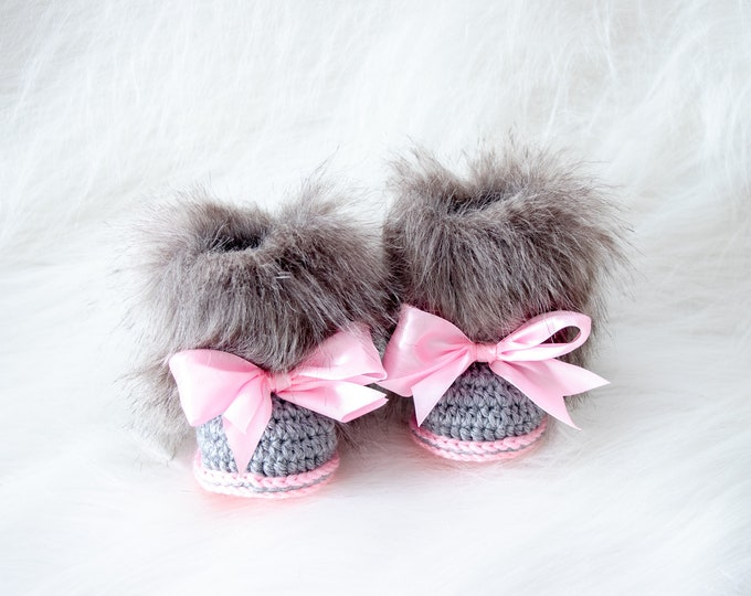 Faux fur baby girl Booties with bows - Gray and pink - Newborn girl Boots - Crochet booties - Baby Uggs - Baby girl gift - Baby girl shoes