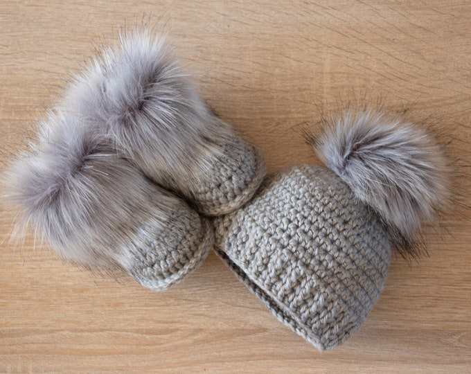 Baby Boots and hat - Crochet Baby Set - Gray baby set - Gender Neutral baby clothes - Unisex baby - Fur pom hat - Fur booties - Infant boy