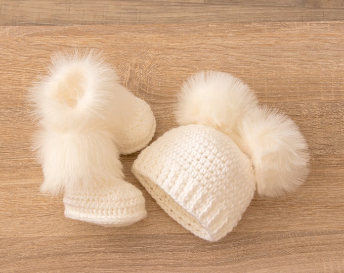 Double pom pom hat and booties - White Booties and hat set - Crochet baby clothes - Newborn winter clothes - Fur booties - Gender neutral