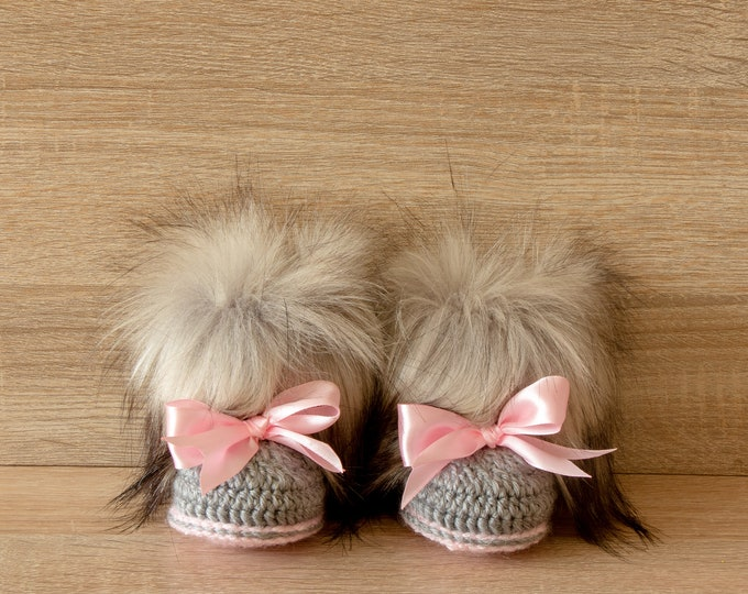 Baby girl faux fur booties with bows - Crochet booties - Baby girl gift - Pink and gray - Newborn girl shoes - Baby uggs - Baby girl shoes