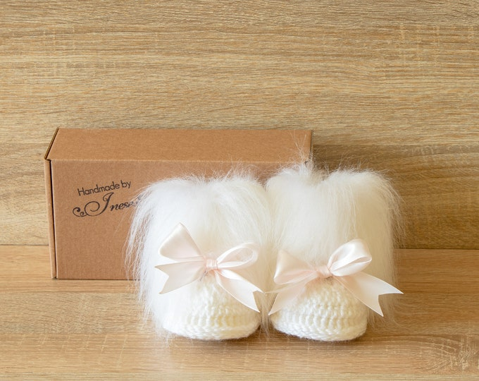 White Baby girl booties with bows - Crochet Baby boots - Faux Fur Booties - Baby winter boots - Baby girl boots - Newborn girl booties