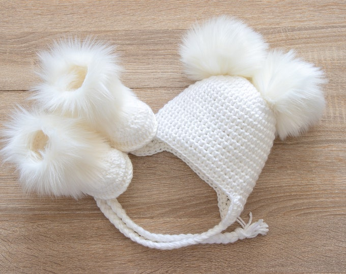 Double pom pom hat and boots - White Booties and hat set - Crochet baby clothes - Newborn winter clothes - Fur booties - Gender neutral baby