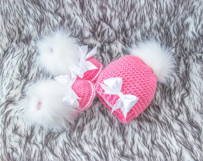 Raspberry pink Baby girl Booties and hat with bows, Preemie girl outfit, Faux Fur booties, Pom pom hat, Baby girl gift, Newborn girl clothes
