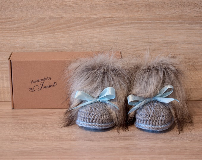 Baby boy faux fur booties with bows - Crochet booties - Baby boy gift - Newborn boy shoes - Baby uggs - Newborn shoes - Baby announcement