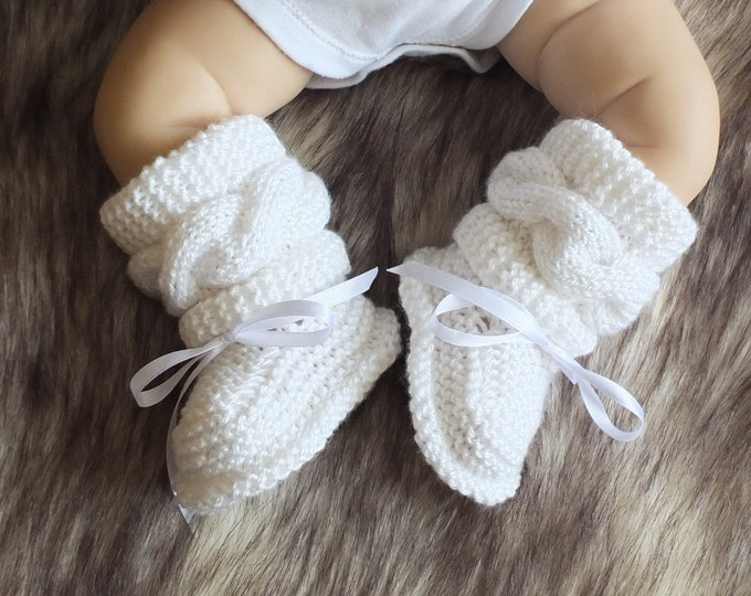 Hand knit White baby boots - Cable knitted Baby booties - Gender neutral baby booties - knitted baby booties