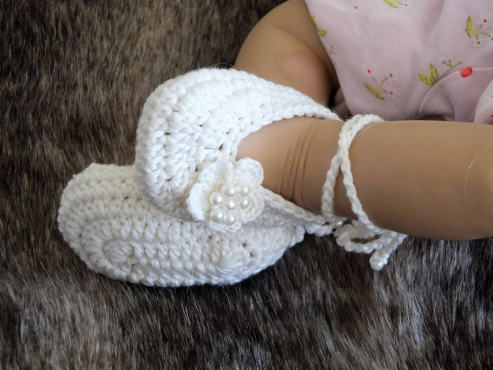 white baby girl flower shoes - preemie girl shoes - crochet baby shoes - baby girl gift - baby ballet shoes - mary janes - newbo