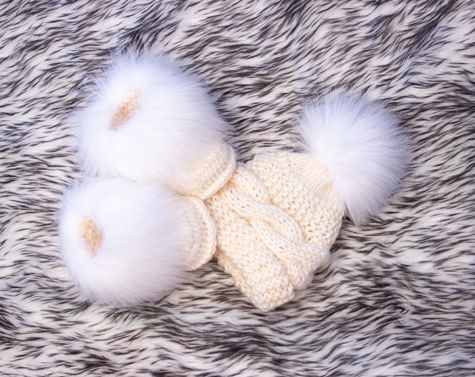 Cream baby hat and booties with white fur, Baby winter clothes, Fur booties, Pom pom hat, Gender neutral clothes, Baby gift, preemie clothes