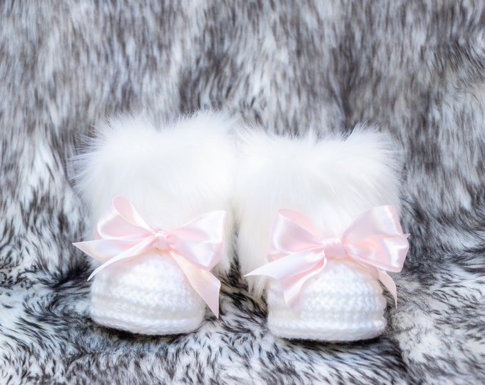 White Baby girl booties, Pink bow booties, White Fur Booties, Baby girl winter boots, Baptism booties, Newborn girl boots, Preemie shoes