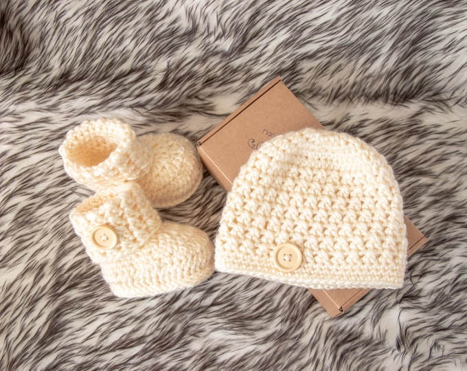 Cream Beanie and shoes Set, Gender neutral Button up Baby Booties and hat, Neutral baby clothes, pregnancy announcement gift, New mom gift