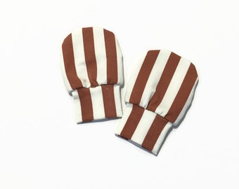 Baby mittens with vertical stripes