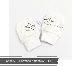 White geometric baby mittens, size 0 - 3 months
