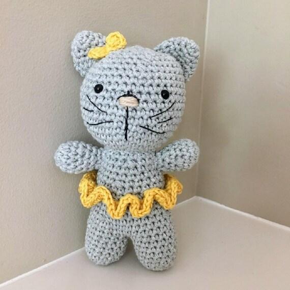 Lying kitten amigurumi pattern   Crochet phone cases, Crochet ...   570x570