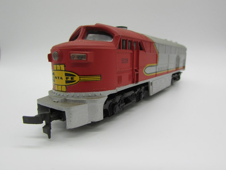 AHM Fairbanks Morse C-Liner Santa Fe Railroad #5028 HO Scale Locomotive  Ready to Run