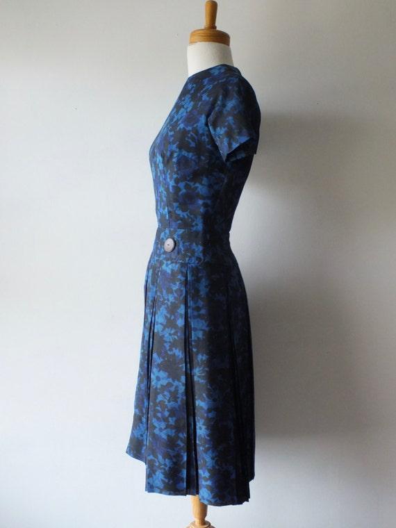 50s blue cotton day dress + Vintage short floral … - image 3