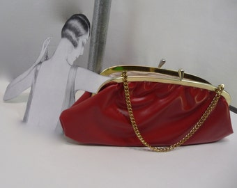 Sac a main clutch rouge cuirette faux cuir fermoir et chaine  doré année 1950 /60 jour soir street wear casual rockabilly