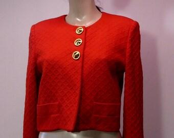 Jon Tagia red short jacket .1980 rouge gaufré. Manches longues.Dinasty .Dinastie.Prêt à porter. Épaulettes. Chic. Classique.bolero