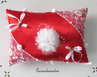 Cushion alliances Red Satin with lace white tulle decorated with a bouquet of flowers, pearls, feathers and lace