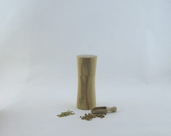 8pices and pepper mill in Ash , Elegant style with rod mecanisme / 5 1/2 in article no: 565