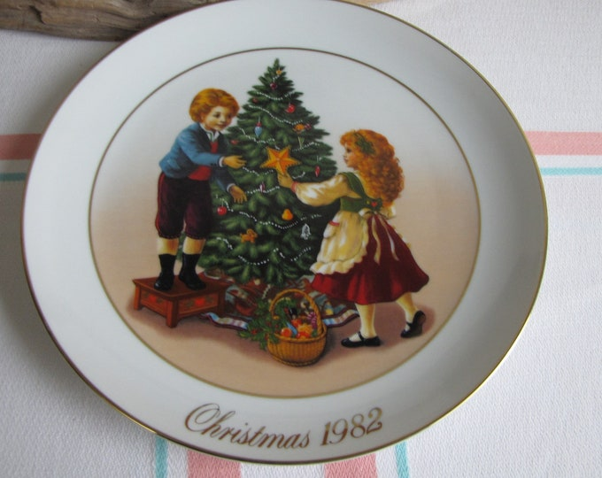 Vintage Avon Christmas Plate 1982 Keeping the Christmas Traditions