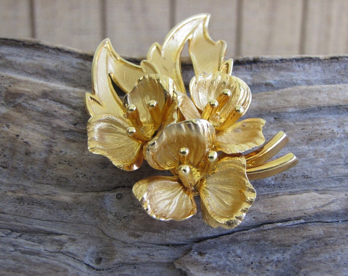 Floral brooch gold toned Vintage Brooches and Accessories