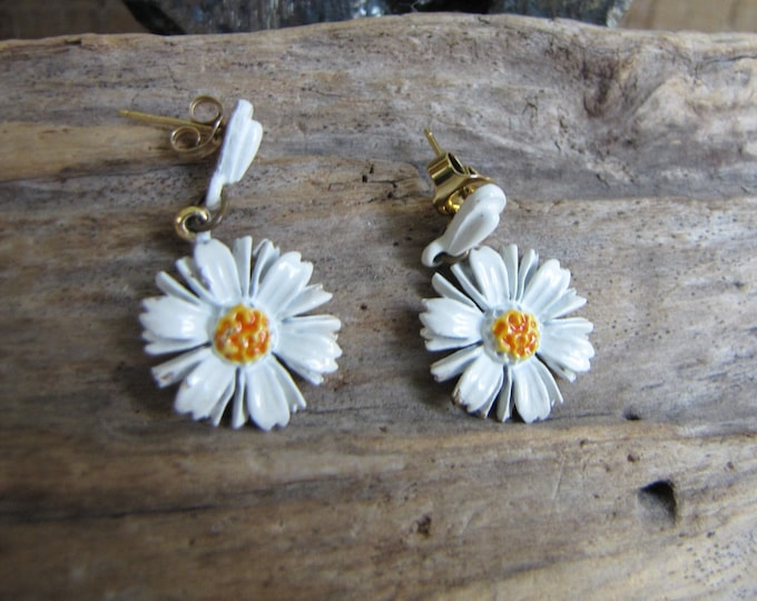 ART Daisy Pierced Earrings Vintage Jewelry and Accessories