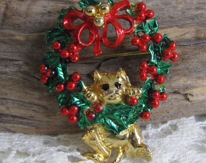 AJC Christmas Cat Hanging on a Wreath Vintage Holiday Jewelry and Accessories