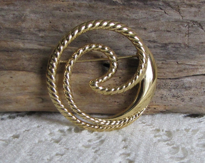 Trifari Circular Brooch Vintage Jewelry and Accessories
