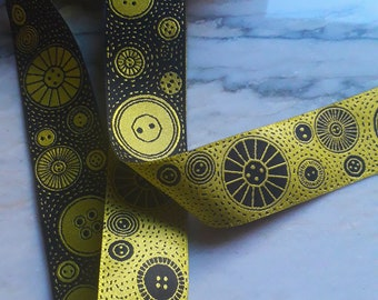 Patterned button ribbon - woven and reversible // bright yellow and black // 3.5cm wide  // 1m length