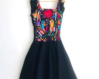 """The """"TLAQUEPAQUE"""" Black multicolor handembroidery by Otomi women. 100% cotton(Muslin)."""