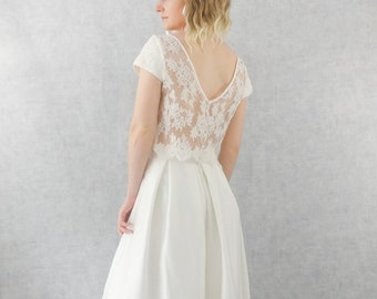 dcfe7772f121 LANA // Robe de mariée avec haut et bas séparé. Top en soie et dentelle avec  dos nu transparent et petites manches. Jupe en soie mi-longue