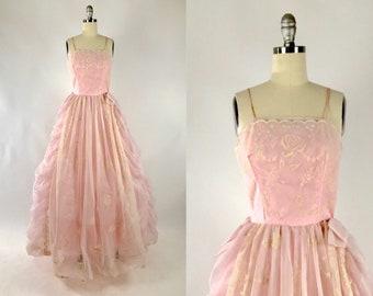 a7fdf8d3de30 Vintage 1950s Prom Dress    Powder Pink Evening Gown    Rockabilly  Quinceanera    50s Millennial Pink Lace Wedding Dress    Rose Floral