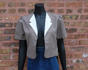 Vintage 1970s Broadway Directions Taupe & White Cropped Open Front Short Sleeve Jacket (9) NWT