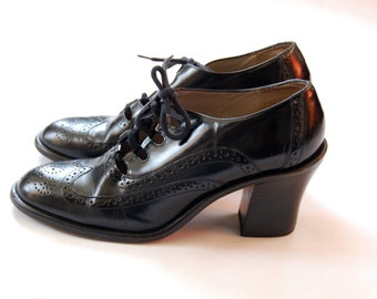 Vintage 1980s Kenneth Cole Chunky Heel Wingtip Shoes / Black Patent Lace Up Pumps / Size 8.5