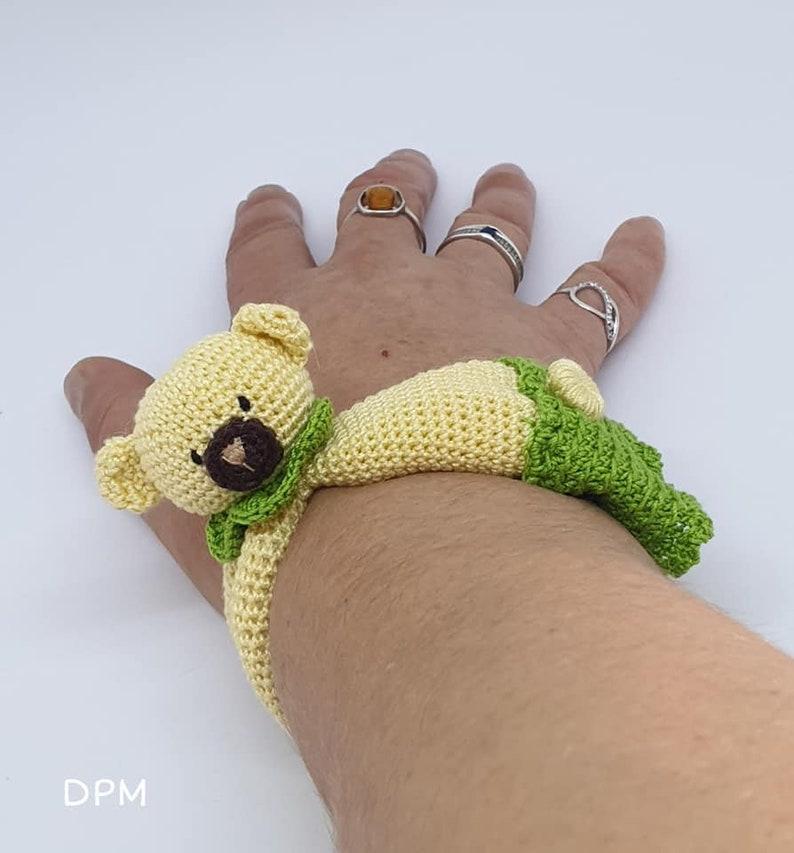 Patron French, English Tutorial Crochet Pooh Bracelet Amigurumi Pattern