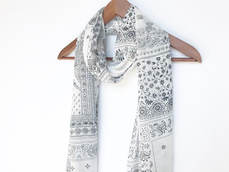 fc343fd03e2 Foulard fleuri noir et blanc Boho infini foulard écharpe