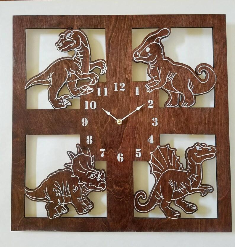 Les enfants horloge murale, horloge Dino bois, pépinière thème dinosaures, Childrens Room decor, enfant en bas âge chambre suspendus, accessoires de chambre de bébé, grande horloge