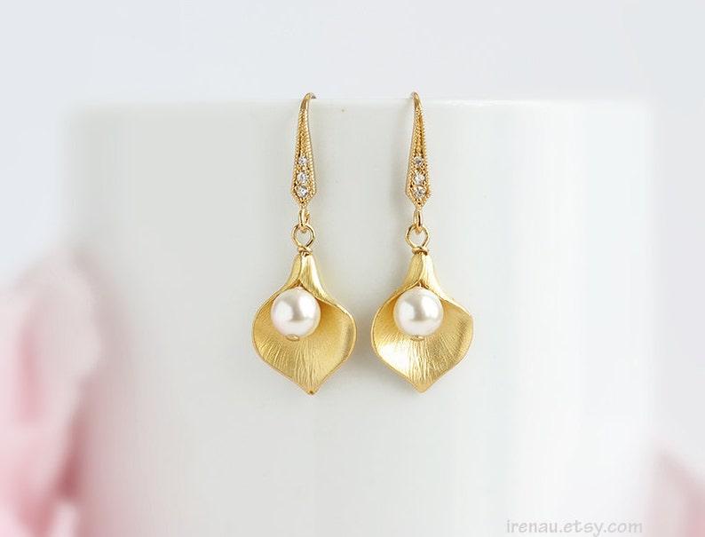 Delicate pearl CZ Zirconia earrings Bridal pearl earrings Wedding jewelry Gold calla lily earrings Dangle drop calla lily flower earrings